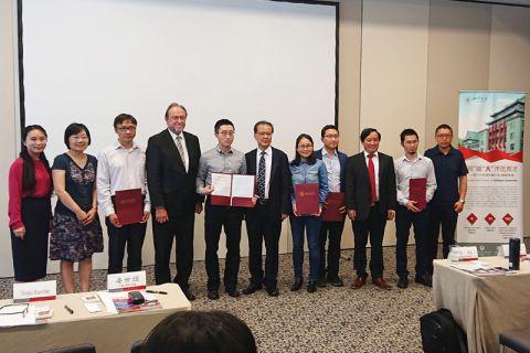 Gruppenbild der Delegationen der TU Clausthal und der Sichuan University, die beim Treffen in München von Professor Thomas Hanschke (4. von links) und Professor Yan Shijing (Mitte) angeführt wurden. Foto: CDIHK