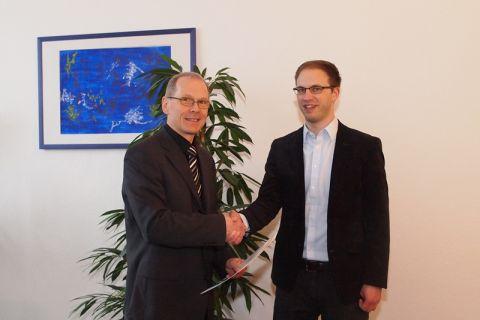 Professor Jan Gertheiss (rechts) nimmt die Ernennungsurkunde von Dr. Georg Frischmann, dem hauptberuflichen Vizepräsidenten der TU Clausthal, entgegen. Foto: Bruchmann
