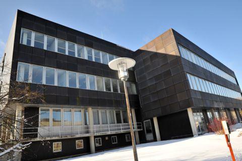 """Blick auf das Gebäude """"Geophysik"""", in dem für rund 1,8 Millionen Euro die Fassade, das Dach und die Heizung erneuert werden. Es steht im Clausthaler Campusgebiet Feldgraben. Foto: Ernst"""