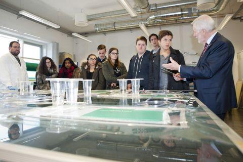 Professor Gerhard Ziegmann (rechts) und Diplom-Ingenieur Michael Weinmann (links) geben Oberstufenschülern einen Einblick in die Faserverbundtechnik. Foto: Ernst