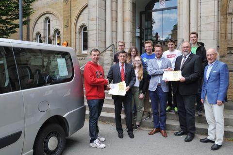 Informatik-Professor Andreas Rausch (links) freut sich darüber, dass Sponsoren den Taxi-Transfer für Frühstudierende vom Goslarer Ratsgymnasium zur TU Clausthal finanzieren. Foto: Ernst