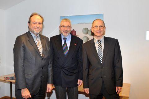 Jürgen Bodenstein (Mitte) wurde nach 21 Jahren an der TU Clausthal von Universitätspräsident Professor Thomas Hanschke (links) und Dr. Georg Frischmann, hauptberuflicher Vizepräsident, verabschiedet. Foto: Ernst