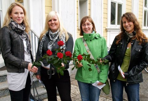Rosen zur Begrüßung: Studienanfänger der TU Clausthal.
