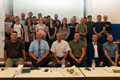 Gruppenbild mit allen Beteiligten der Summer School: Studierende und Doktoranden aus Ljubljana und Clausthal arbeiteten an einem Bücherregal aus verschiedenen Materialien. Foto: Hoffmann
