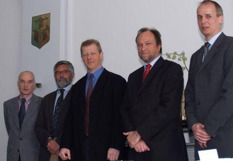 Dr. Holger Fritze (M.) ist von Professor Thomas Hanschke (2.v.r.), Vizepräsident für Studium und Lehre der TU Clausthal,  zum Heisenberg-Professor ernannt worden.