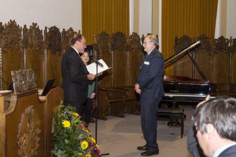 Professor Werner A. Hufenbach (rechts) nimmt von Altpräsident Professor Thomas Hanschke die Urkunde zum goldenen Diplom entgegen. Foto: Hoffmann