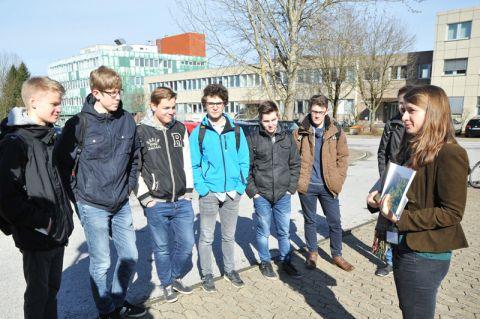 """Aufmerksame Zuhörer: """"Bärchenführerin"""" Greta Valerie Bernard (rechts) bringt Schülern die TU Clausthal näher. Foto: Ernst"""