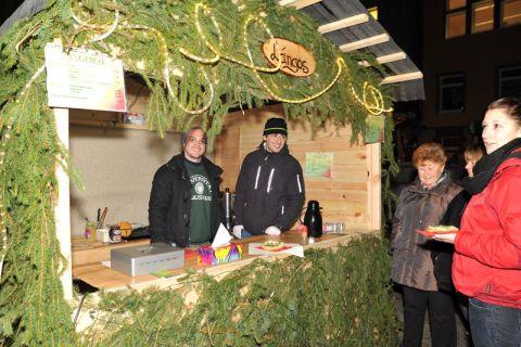 Andrej Dalke (links), Jacob Mai und weitere TU-Studierende verkaufen auf dem Clausthaler Weihnachtsmarkt die ungarische Spezialität Lángos. Foto: Ernst