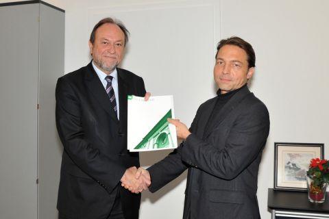 Professor Joachim Müller-Kirchenbauer (rechts) erhält die Ernennungsurkunde von Universitätspräsident Professor Thomas Hanschke. Foto: Ernst