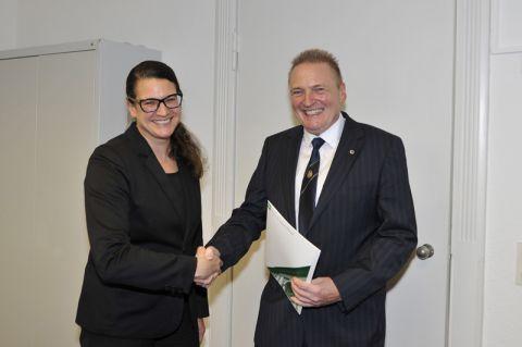 Dr. Frank Schulenburg nimmt die Bestellungsurkunde zum Honorarprofessor von der Personaldezernentin der TU Clausthal, Anne Fritz, entgegen. Foto: Ernst