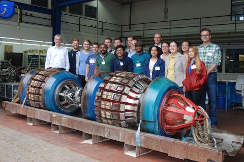Die Studierenden der TU Clausthal stellten sich vor zwei sogenannten Molchen, High-Tech-Werkzeuge zur Pipeline-Inspektion und -Reinigung, zum Gruppenbild auf. Foto: Institut