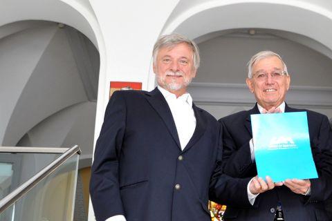 Professor Dietmar Möller (links) - hier neben Dr. Ray Vaughn, dem Vizepräsidenten der University of Alabama in Huntsville - ist in den USA für seine Leistungen als Wissenschaftler ausgezeichnet worden. Foto: Ernst
