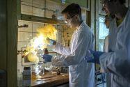 Wie für die Teilnehmer des Sommerkollegs 2017 stehen auch in diesem Jahr Experimente im Institut für Organische Chemie auf dem Programm. Foto: Daniel Grosch