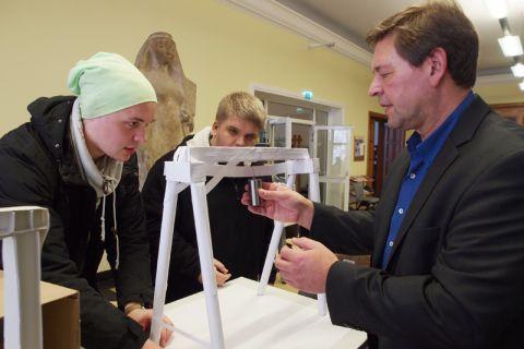 Professor Norbert Meyer (rechts) macht den Gewichtstest an einem Portalkran. Foto: Hoffmann