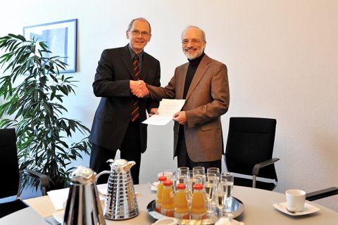 Professor Rainer Schmid-Fetzer (rechts) nimmt die Dankesurkunde von Dr. Georg Frischmann, hauptberuflicher Vizepräsident der TU Clausthal, entgegen. Foto: Melanie Bruchmann