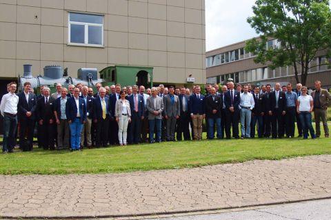 Teilnehmende des Symposiums vor dem Institut für Maschinelle Anlagentechnik und Betriebsfestigkeit. Foto: Institut