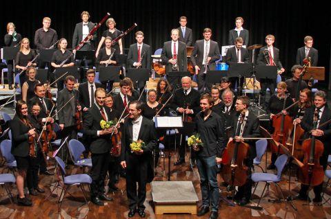 Nach 2016 spielt das Sinfonieorchester der TU Clausthal zum zweiten Mal eine Komposition von Steffen Brinkmann (mit Blumen, rechts). Foto: Mackensen