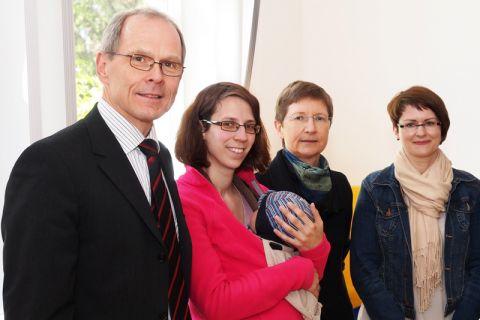 Dr. Georg Frischmann - hier mit Vertreterinnen der AG Diversity - setzt sich für Vielfalt an der TU Clausthal ein. Foto: Bruchmann