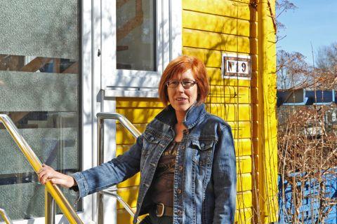 Tagesmutter Angela Perschke vor dem gelben Haus in der Erzstraße Nummer 19, in dem ab April die neue Kinderbetreuung der TU Clausthal stattfindet. Foto: Ernst