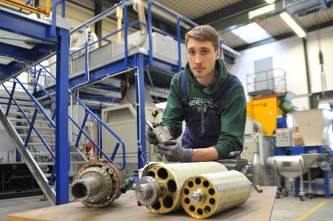Nils Damm, der Wirtschaftsingenieurwesen an der TU studiert, beschäftigt sich damit, Neodym-Eisen-Bor-Magnete aus den Synchronmotoren herauszubauen. Foto: Ernst