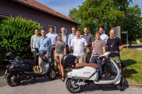 Die Teilnehmer des vierten E-Roller-Projekttreffens im Juli vor dem Institut für Wirtschaftswissenschaft auf der Tannenhöhe. Foto: Hoffmann