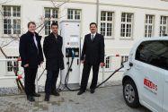 Projektleiter Professor Wolfgang Pfau, Dr. Ralf Benger als Vertreter des Projektpartners Wolfsburg AG und EFZN-Wirtschaftsingenieur Sebastian van Cayzeele (von rechts) nehmen die neue Ladesäule in Betrieb. Foto: EFZN