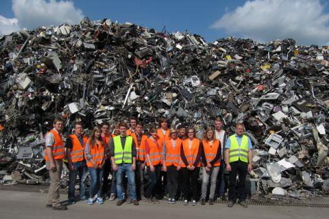 Jugendliche aus Rinteln und Goslar bei der Betriebsbesichtigung des Unternehmens Electrocycling. Foto: TU Clausthal