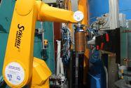Forschungsreaktor in Garching bei München, an dem Clausthaler Forscher beteiligt sind: Ein Roboter bewegt die Probe, in diesem Fall ein Kupferrohr, im Neutronenstrahl zur Charakterisierung der Textur. Foto: TeXMat
