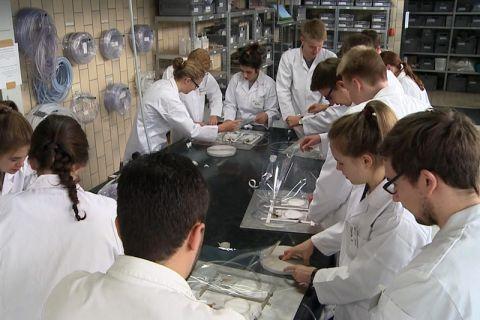 Einblick in die Welt der Kunststoffe erhielten Schüler aus ganz Norddeutschland im Institut für Polymerwerkstoffe und Kunststofftechnik. Foto: TU