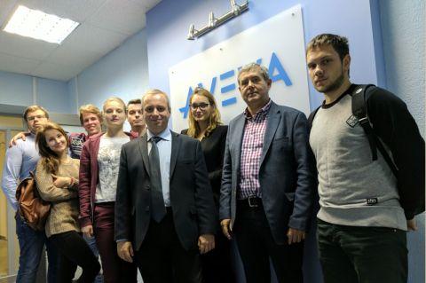 Während der Summer School an der russischen Gubkin-Universität trafen Dr. Viktor Reitenbach (2. von rechts), Professor Ivan Viktorovitch Starokon (4. von rechts) sowie Clausthaler und Moskauer Studierende zusammen. Foto: Institut