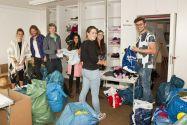 Studierende um Initiator Björn Krause (rechts) sammeln, sichten und sortieren Kleidung für Hilfsbedürftige. Foto: Ernst