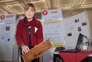 Nora Willmaring, Landessiegerin im Fachgebiet Biologie, liegt die Widerstandsfähigkeit der Honigbiene gegenüber Milben am Herzen. Foto: Ernst