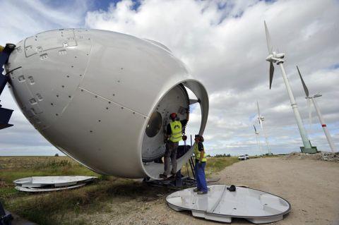 Montage eines Windkraftwerks: Die Windenergie liefert derzeit den größten Anteil am erneuerbaren Strom in Deutschland. Foto: BWE/Tim Riediger
