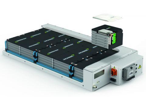 Harzer Forscher arbeiten an einer Schnellladetechnik für Hochleistungsanwendungen – hier der Aufbau eines flüssigkeitsgekühlten Hochleistungsbatteriesystems. Foto: MoBat