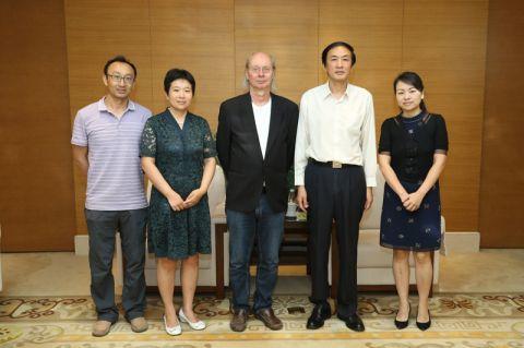 """Professor Bernd Lehmann (Mitte) wurde durch Universitätspräsident Professor Jun Deng (2. von rechts) ernannt. Bei der Zeremonie war auch Professor Lingang Xu (links) dabei, der 2011 in Clausthal mit """"summa cum laude"""" promoviert hatte. Foto: Privat"""