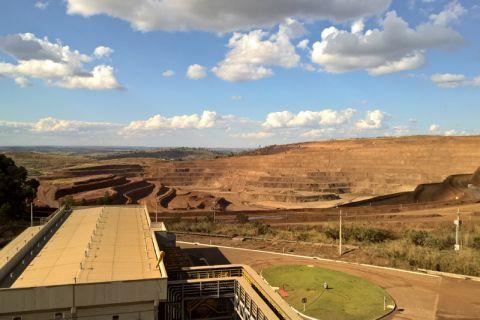 Blick auf die Mine in Catalão im brasilianischen Bundesstaat Goiás. In einem Projekt mit Clausthaler Beteiligung wird erforscht, wie sich Seltenerdelemente aus Bergbaurückständen der Niob- und Phosphatproduktion gewinnen lassen. Foto: MoCa