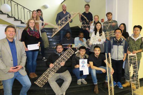 Professor Norbert Meyer (links) mit den Studierenden, die am Konstruktionswettbewerb teilgenommen haben. Foto: Holm