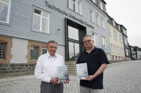 Professor Georg Müller (links) und Co-Autor Fred Türck präsentieren das 186 Seiten umfassende Werk. Foto: Ernst