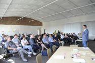 Goslars Oberbürgermeister Oliver Junk vor den Teilnehmern des Oracle-Teamworkshops auf dem EnergieCampus in Goslar. Foto: Ernst
