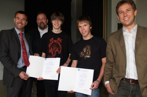 Die Schüler präsentieren ihre Scheine (v.l.): Professor Andreas Rausch, Studiendirektor Hans-Peter Dreß, Adrian Wehrmann, Jaspar Pahl und Professor Niels Pinkwart.