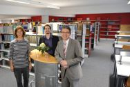 Freuen sich über den erfolgreich abgeschlossenen Renovierungsprozess in der Universitätsbibliothek (von links): Bärbel Wemheuer, stellvertretende Leiterin der Einrichtung, Patrick Kaiser (AStA) und Professor Alfons Esderts. Foto: Ernst