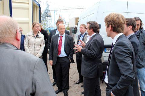 Professor Daniel Goldmann (Mitte, mit roter Krawatte) und Projektpartner präsentierten in Hamburg eine mobile Zerlegeeinheit für Flugzeuge. Foto: More-Aero