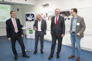 Entspannte Atmosphäre beim Besuch des Ministerpräsidenten (von links): Professor Alfons Esderts, Professor Jörg Müller, Stephan Weil und  Dr. Falk Howar. Foto: Ernst