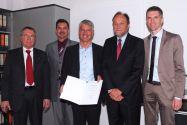 Dr. Georg Kraus (Mitte) ist an der TU Clausthal zum Honorarprofessor bestellt worden, und zwar im Beisein der Professoren (von links) Joachim Oppelt, Wolfgang Pfau, Thomas Hanschke (Universitätspräsident) und Leonhard Ganzer. Foto: Heinichen