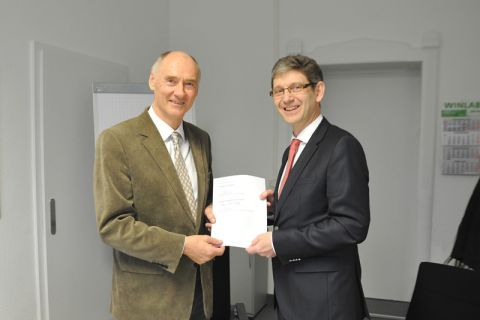 Professor Alfons Esderts (rechts), TU-Vizepräsident für Forschung und Technologietransfer, und Professor Hans-Peter Beck, Vorstandsvorsitzender des Energie-Forschungszentrums, haben die Zielvereinbarung fristgerecht unterschrieben. Foto: Ernst