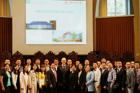 28 Studierende der Sichuan University stellten sich zum Gruppenbild mit TU-Vizepräsident Dr. Georg Frischmann und Professor Michael Z. Hou, dem China-Beauftragten der TU Clausthal. Foto: TUC