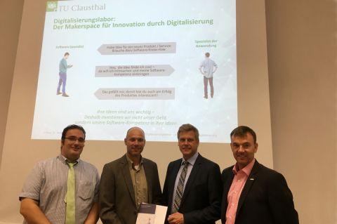 Übergabe des Förderbescheids (von links): Dr. Daniel Tomowski (Technologieberater), Robert Schmidthals (Rezeptprüfstelle Duderstadt), Joachim Weigelt (NBank) und Professor Andreas Rausch (TU Clausthal). Foto: IPSSE