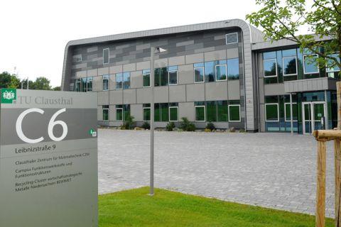 Die Drähte der Harzer Partner im neuen Rohstoffnetzwerk laufen im Clausthaler Zentrum für Materialtechnik zusammen, in dem auch die Geschäftsstelle des Recycling-Clusters REWIMET untergebracht ist. Foto: Ernst