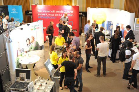 Interessante Gespräche: Die Karrieremesse ist für Studierende der TU Clausthal immer einen Besuch wert. Foto: Ernst