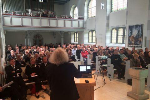 Kolloquium in der Kirche: Rund 200 Interessierte beschäftigten sich in Gittelde mit dem Ernst-August-Stollen, der vor 150 Jahren nach jahrelanger beschwerlicher Arbeit fertiggestellt worden war. Foto: Langefeld